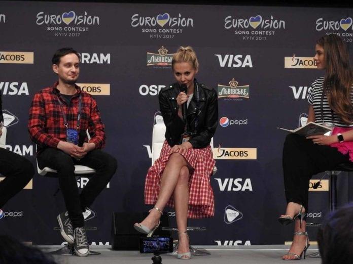 Kasia Moś w trakcie pierwszej konferencji prasowej