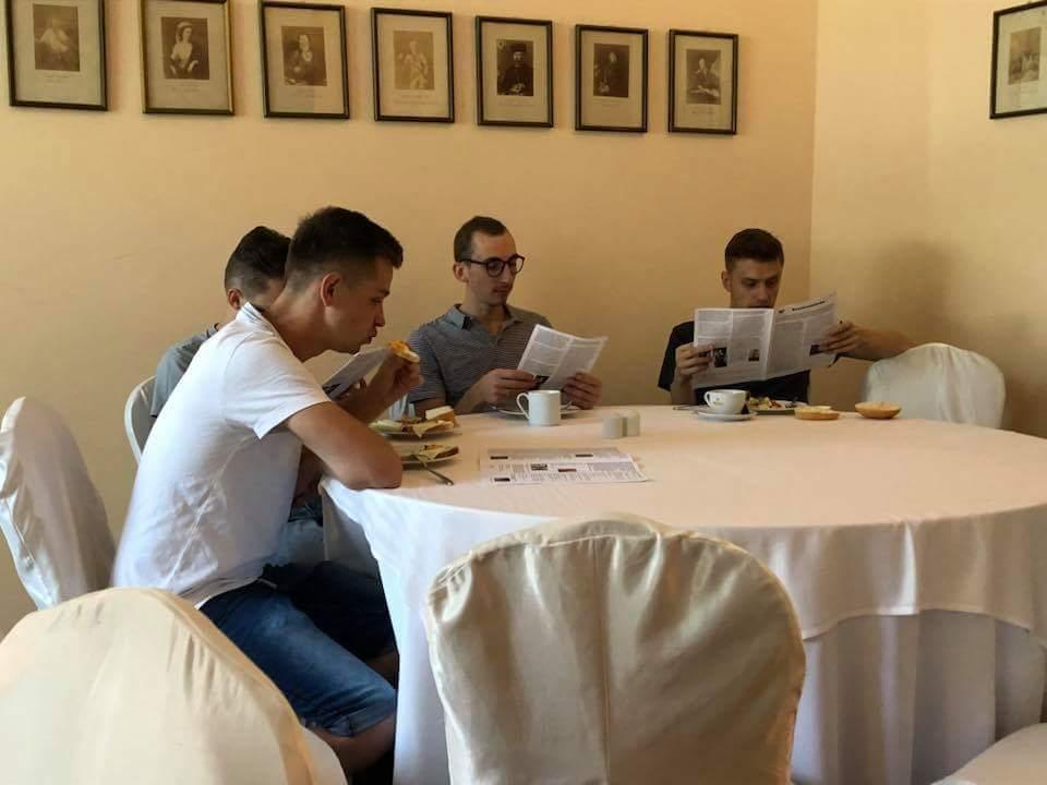 """Uczestnicy konwentu w trakcie lektury """"Konwentówki"""""""