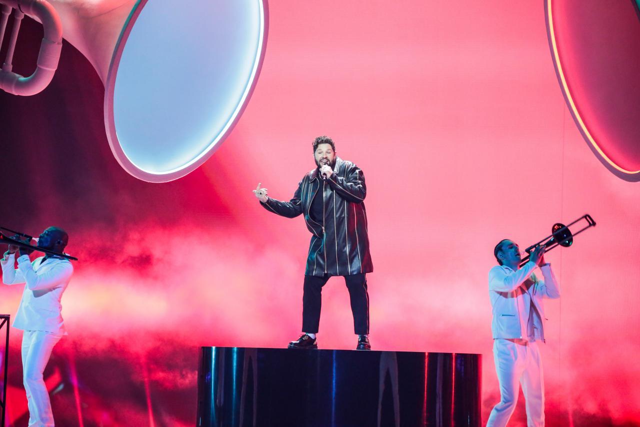 Eurowizja 2021: James Newman (Wielka Brytania) nie zdobył ani jednego punktu. (fot. druga próba, Thomas Hanses/eurovision.tv)